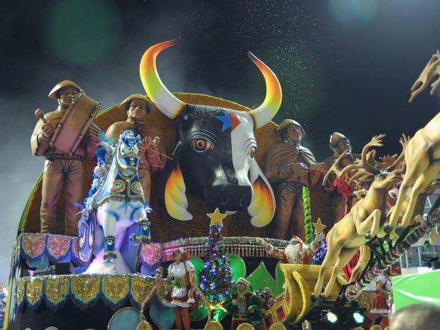 """Quinto e último carro alegórico, batizado de """"Brasileiríssima"""", mostra as festas e eventos que acontecem no Brasil, como a Parada Gay, festas juninas e Bois de Parintins (Foto: Flavio Moraes/G1)"""