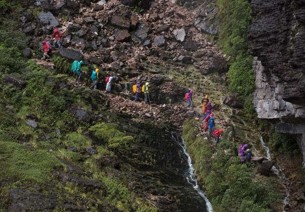 Turistas descem o Monte Roraima, na fronteira entre o Brasil e a Venezuela (Foto: Carlos Garcia Rawlins/Reuters)
