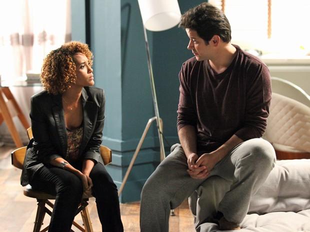Verônica conta para Jonas que estava fazendo sua biografia  (Foto: Carol Caminha / TV Globo)
