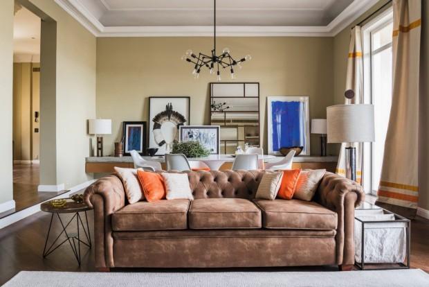 Sala de estar. O sofá foi comprado em leilão e revestido com couro ecológico por Jean. À esq., mesa lateral da F Studio Arquitetura, e à dir., revisteiro da Velha Bahia (Foto: Sambacine)