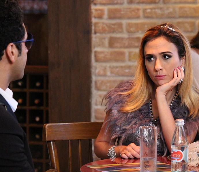 Beto procura Fedora para arrancar informações sobre a família de Tancinha (Foto: Evellyn Pacheco/Gshow)