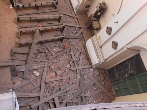 Parte de torre desabou e Igreja São Benedito fica interditada (Foto: Juliana Barros/G1)