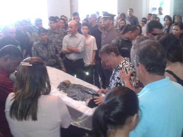 Corpo é velado por familiares e amigos no Museu do Palácio do Governo (Foto: Luis Vitor / G1)