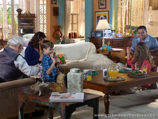 Ester e Cassiano contam para família da gata que planejam se casar (Foto: Flor do Caribe/TV Globo)