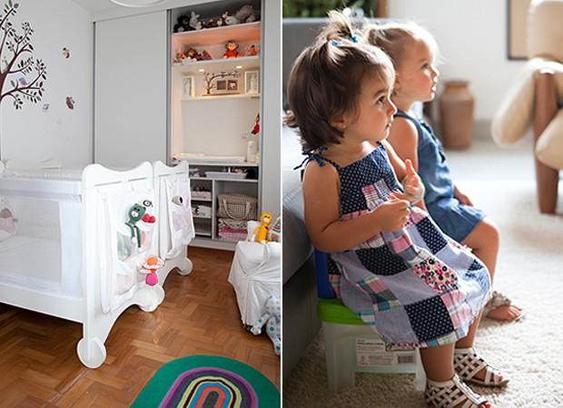 À esq., o quarto de Helena e Sofia. O trocador fica dentro do armário embutido. À dir., a dupla assistindo à televisão em seus banquinhos na sala (Foto: Lufe Gomes/Casa e Jardim)