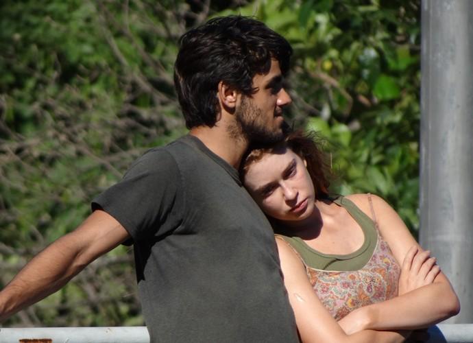 Jonatas consola Eliza (Foto: Gshow)