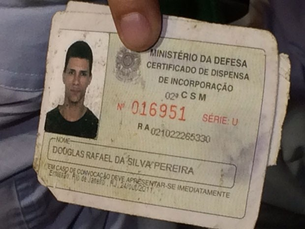 Certificado de dispensa de Douglas Rafael da Silva, o DG (Foto: Marcelo Elizardo / G1)