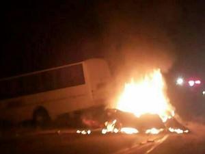 Carro colidiu com micro-ônibus, no Norte do Espírito Santo (Foto: VC no ESTV)