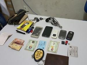 Armas, drogas e dinheiro foi apreendido com o bando (Foto: Divulgação/Polícia Civil)
