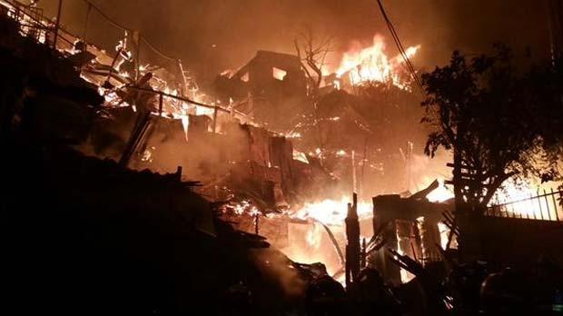Incêndio atinge casas nesta quinta-feira (8) na cidade de Valparaíso, no Chile (Foto: Reprodução/ Twitter/ Claudio Ayala)