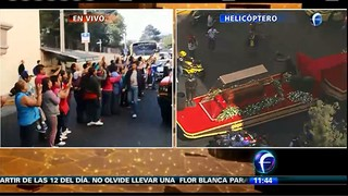 Fãs no cortejo (Foto: Reprodução/Televisa)