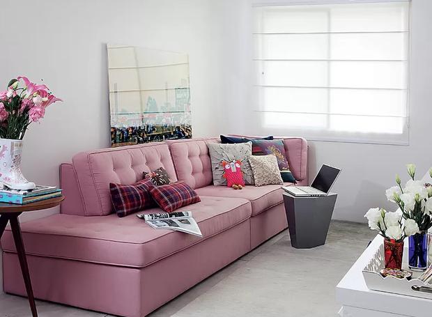 4-decoração-sala-pequena-dicas-para-aumentar-o-espaço-cortinas-claras (Foto: Evelyn Müller/Editora Globo)