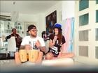 Daniel Alves mostra rebolado e canta em tarde de karaokê com Joana Sanz
