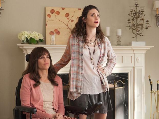 Hilary Swank (esq.) vive pianista com esclerose lateral amiotrófica (ELA) em 'Um momento pode mudar tudo, no qual Emmy Rossum vive sua assistente (Foto: Divulgação)