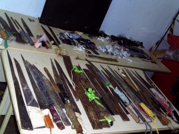 Serras, facas, 70 chuços e dois revólveres foram achados durante a vistoria. (Foto: Divulgação)