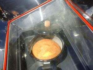 Bolo produzido em forno solar em Piracicaba (Foto: Nicolau Francine/Divulgação)