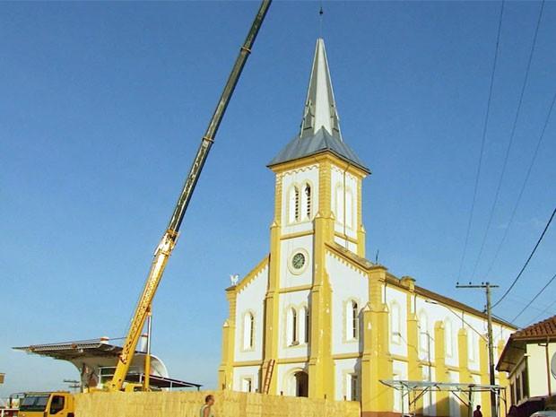 Após 7 meses, torre é recolocada na matriz de São Gonçalo do Sapucaí (Foto: Reprodução EPTV)