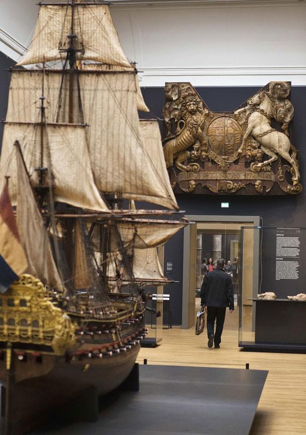 Réplica de navio na ala reservada a obras do século 17. O Rijksmuseum tem um acervo de peças artísticas e históricas (Foto: Michael Kooren/Reuters)
