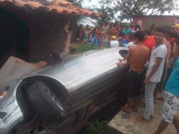 Após desviar de moto, carro perde o controle e invade casa em São Luís (Foto: Reprodução)