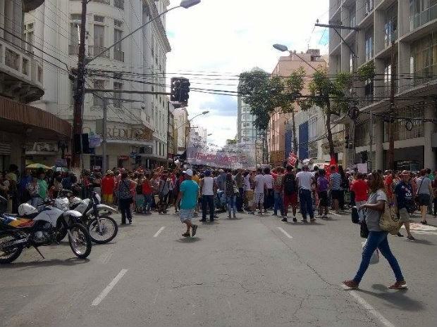 Manifestantes na Avenida Getúlio Vargas em Juiz de Fora (Foto: Roberta Oliveira/G1)