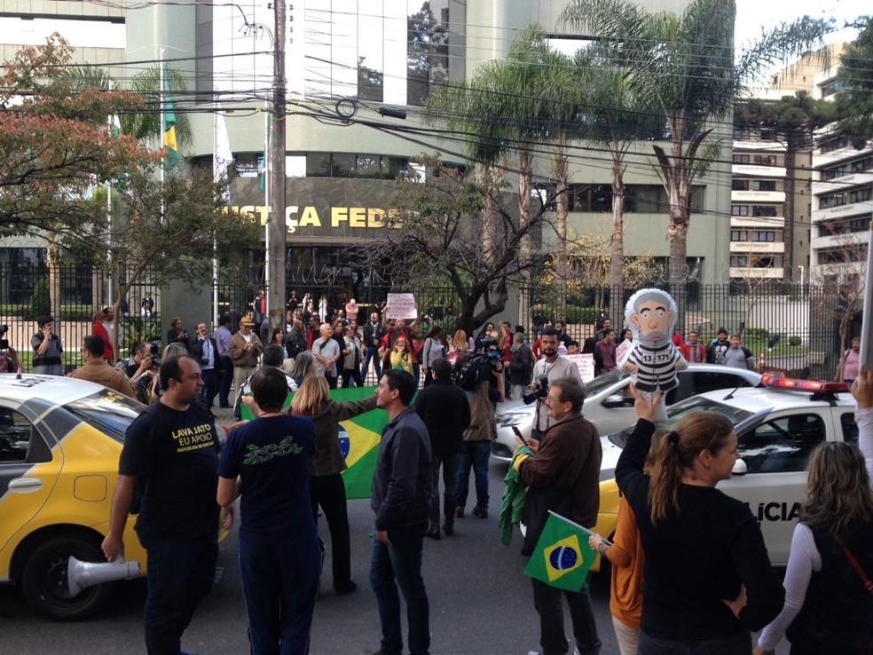 Vários manifestantes comparecem à Justiça Federal do Paraná (Foto: Juradir Chaves/RPC)