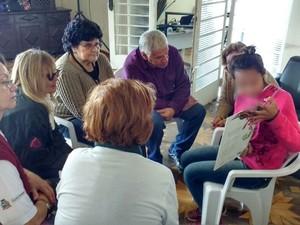 Adolescente de 13 anos contou histórias para grupo de idosos  (Foto: Paola Patriarca/G1)