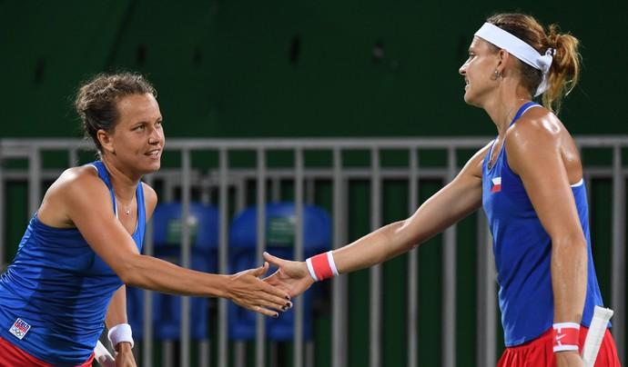 Safarova e Strycova comemoram vitória (Foto: AFP)