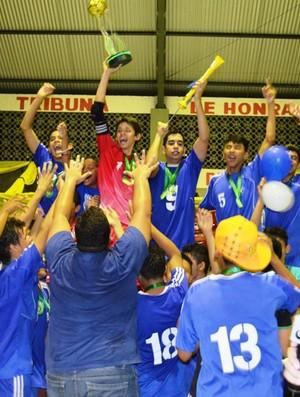 Atletas e Comissão Técnica do Vivaz comemoram título do Sub-17 (Foto: Rodrigo Litaif)