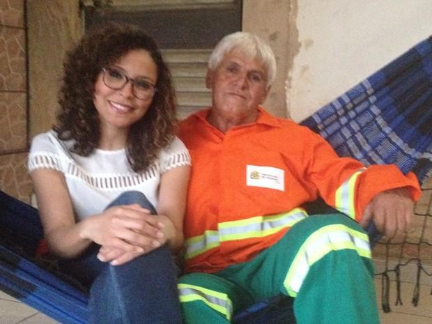 Com primeiro salário, Aline já quer ajudar o pai e retribuir investimento nos esudos dela Goiânia Goiás (Foto: Vanessa Martins/G1)