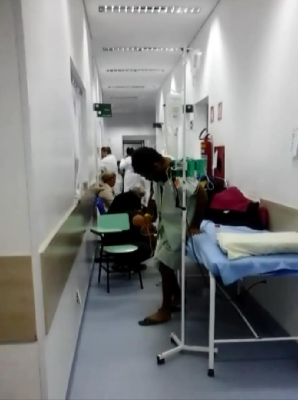 Vídeo mostra corredor lotado no Hospital Samuel Libânio em Pouso Alegre (Foto: Reprodução/EPTV)
