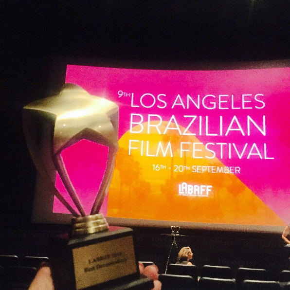 Fabiana Karla recebeu o troféu de melhor documentário (Foto: Arquivo Pessoal)