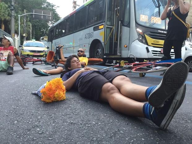 Protesto de ciclistas e amigos da Julia, atropelada na Rua São Clemente, em Botafogo (Foto: Nicolás Satriano/G1)