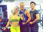 Kadu Moliterno treina ao lado da namorada - saradíssima - e do filho