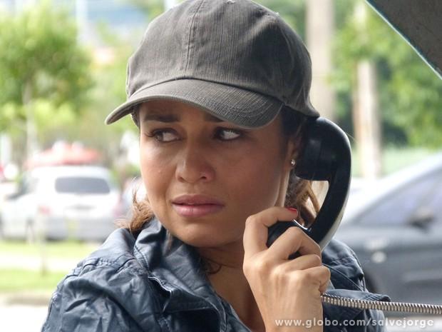 Morena liga para a mãe de orelhão (Foto: Salve Jorge/TV Globo)