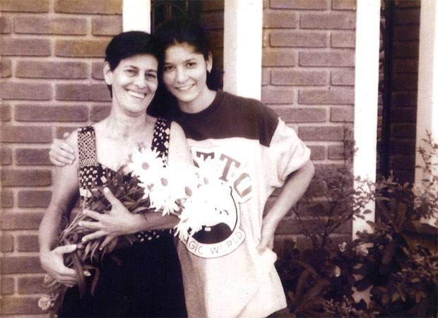 Helen com a mãe adotiva, Vitoria Elias, já falecida: ela nunca escondeu a história da filha (Foto: Arquivo pessoal)