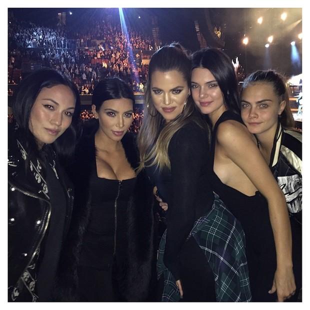 Kim Kardashian, Khloe Kardashian, Kendall Jenner e Delevingne em show de Sam Smith em Los Angeles, nos Estados Unidos (Foto: Instagram/ Reprodução)