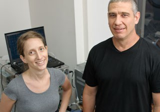 Cientistas Anat Arzi e Noam Sobel, no Laboratório do Olfato  (Foto: Cortesia Instituto Weizmann)