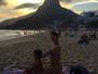 Grávida, Miá Mello mostra barrigão em dia de praia com filha mais velha