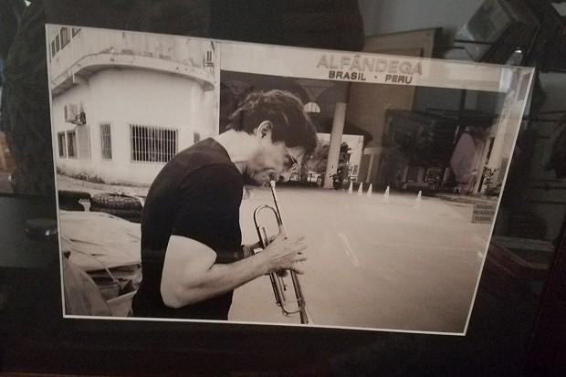 Porta-retrato exposto na casa de Olivier mostra o chef tocando seu trompete (Foto: Roberta Malta)