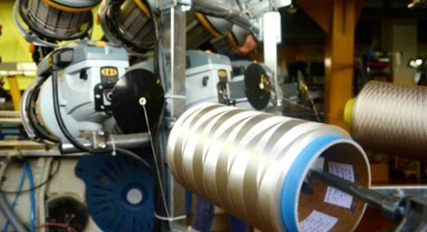 Uma fábrica de sucos foi adaptada para receber as máquinas que produzem as fibras têxteis  (Foto: Divulgação)