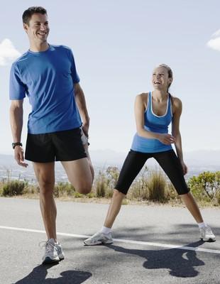 Homem e mulher treinando felizes euatleta (Foto: Getty Images)