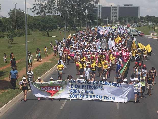 Estudantes ocupam o Eixo Monumental em protesto pela saída de Eduardo Cunha da presidência da Câmara dos Deputados (Foto: Jéssica Nascimento/G1)