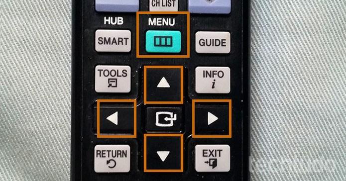 Acesse o menu pelo controle da Smart TV e navegue usando as setas (Foto: Barbara Mannara/TechTudo)