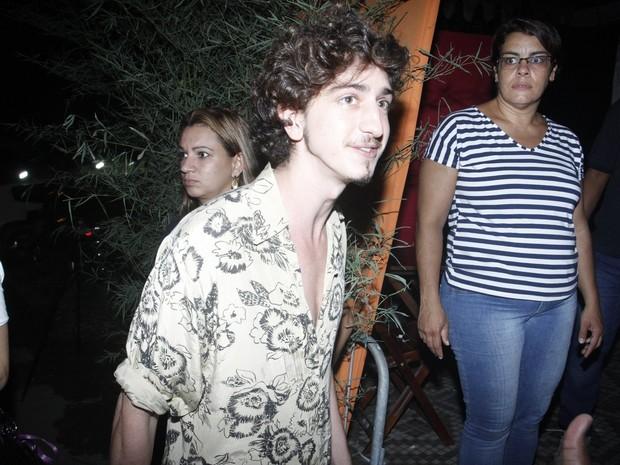 Johnny Massaro em festa na Zona Oeste do Rio (Foto: Marcos Ferreira e Thyago Andrade/ Brazil News)