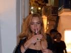 Lindsay Lohan é clicada ligeiramente alterada na porta de boate na Grécia