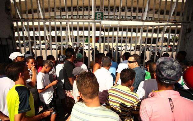 Torcedores protestam em frente ao Estádio Rei Pelé (Foto: Jonathan Lins/G1)