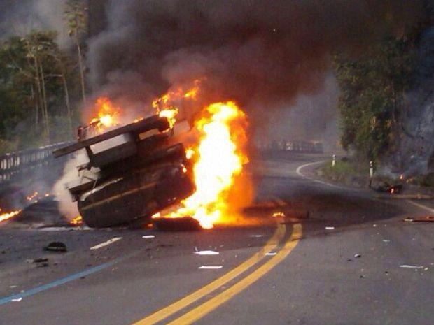Motorista morre após caminhão tanque pegar fogo na Tamoios (Foto: Divulgação/PolíciaRodoviáriaFederal)