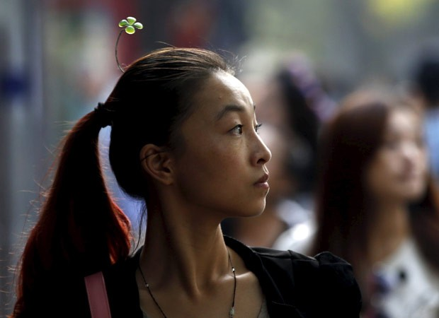 Em Pequim, é possível ver jovens caminhando com diferentes tipos de grampos (Foto: Kim Kyung-hoon/Reuters)