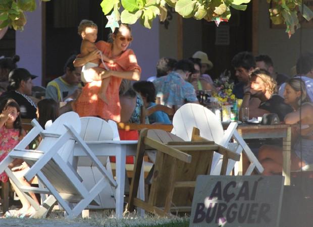 Candice Swanepoel passeia com o filho, Anacã, em Trancoso (Foto: AgNews)