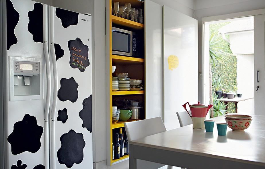Por pura diversão, a arquiteta Fabiana Frattini cobriu a geladeira branca com adesivos de estampa de pele de vaca